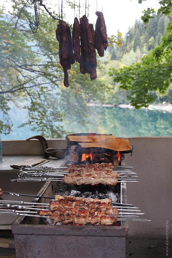 шашлык на озере Рица
