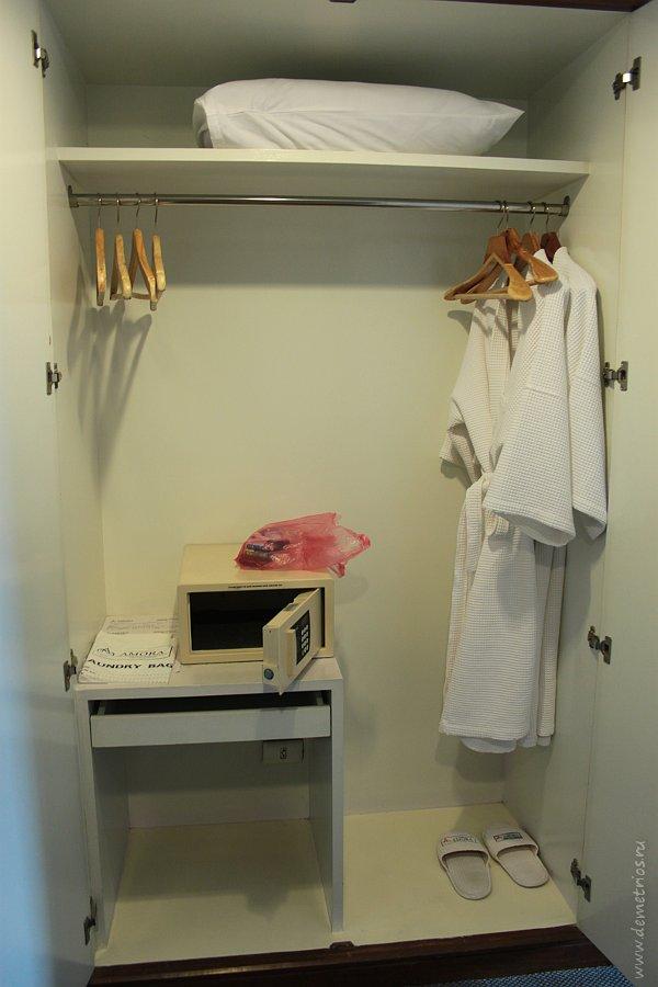 Шкаф с сейфом в номере Amora Tapae Hotel Chiang Mai