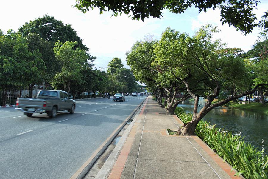 Дорога вдоль Старого Города в Чианг Мае