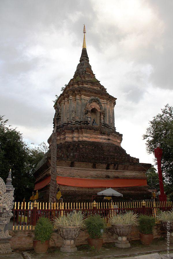 Чеди в храме Wat Lok Moli, Чианг Май