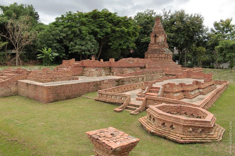 Элемент королевского дворца Wat Pu Pia Древнего Города Wiang Kum Kam в Чианг Мае