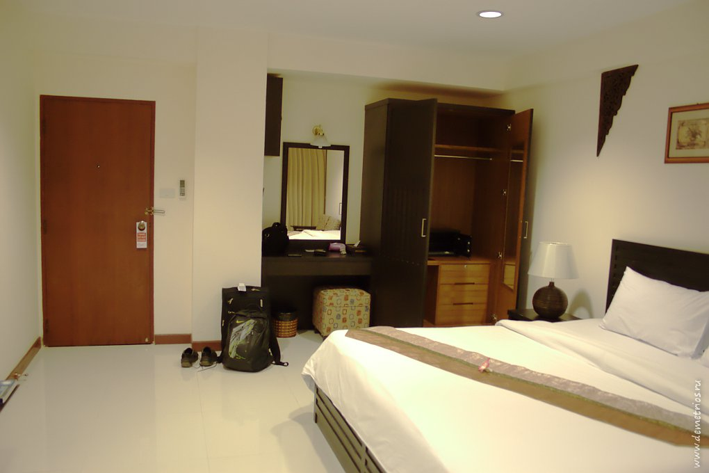 Шкафы и столы True Siam Hotel