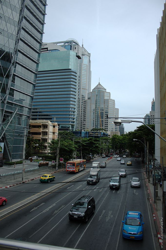 Улица Thanon Witthayu в районе станции BTS Phloen Chit, деловой район Бангкока