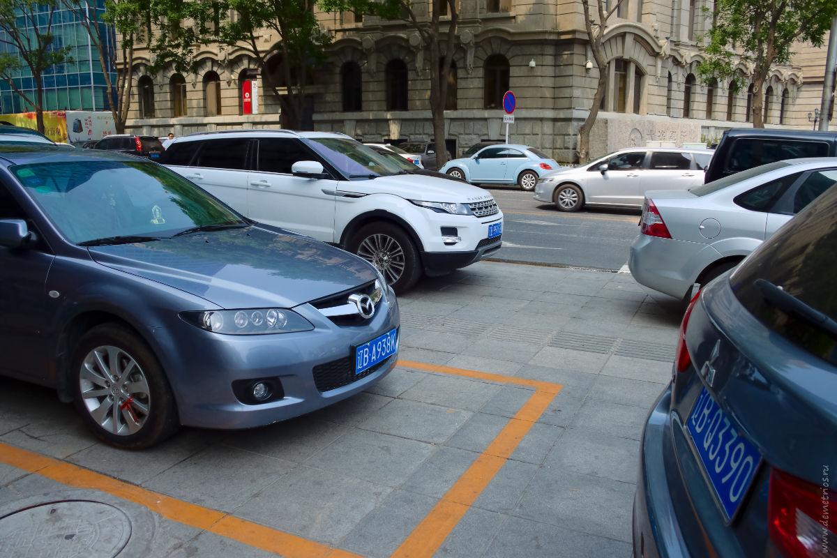 Далянь. Парковка на тротуарах