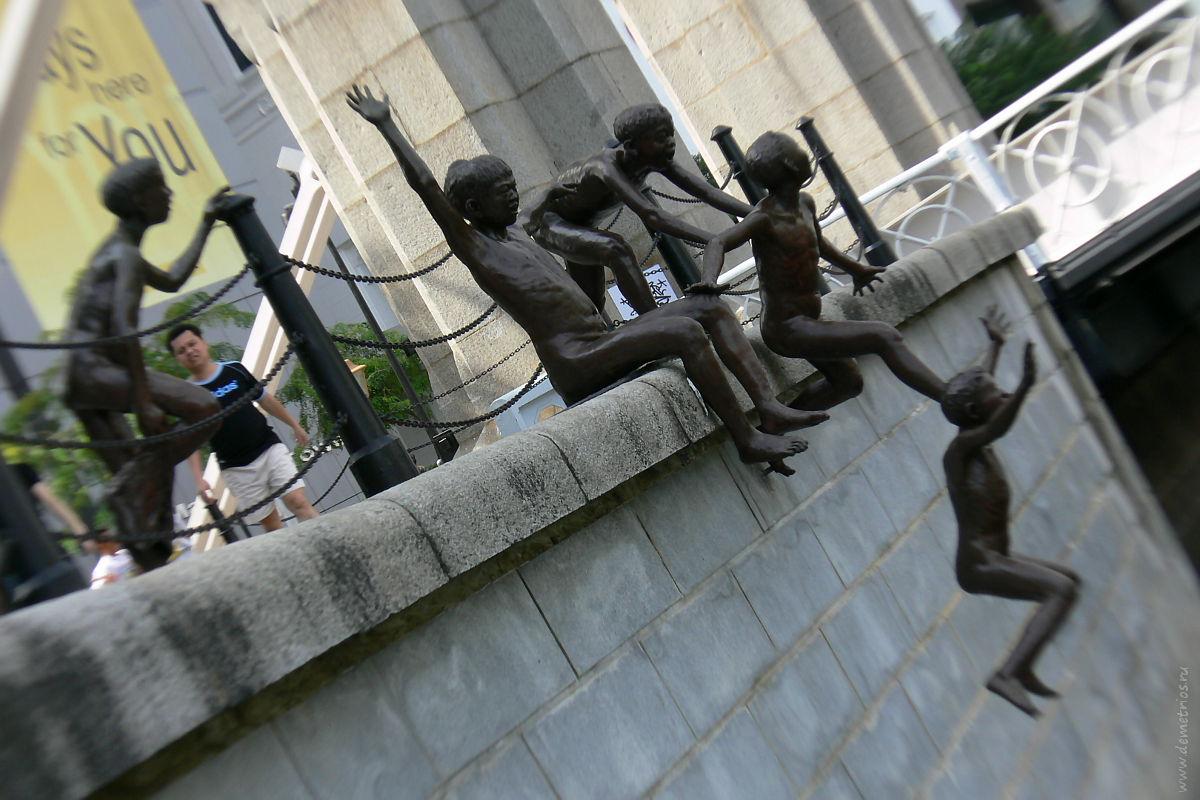 Сингапур Скульптура скульптура прыгающие в реку дети мальчики, Singapore 5 boys jumping into the river