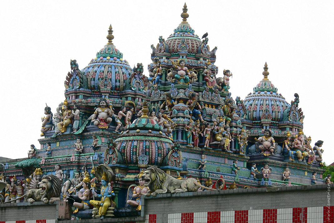 Сингапур. Маленькая Индия. Крыша индуистского храма. Singapore. Little India. Hinduist temple roof