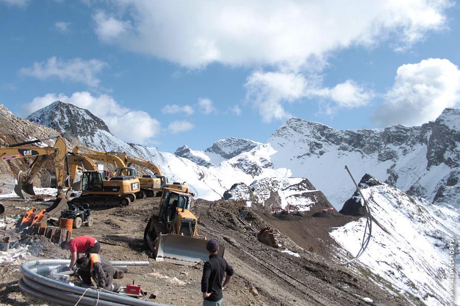 Строительство лыжной трассы в горах на Красной Поляне