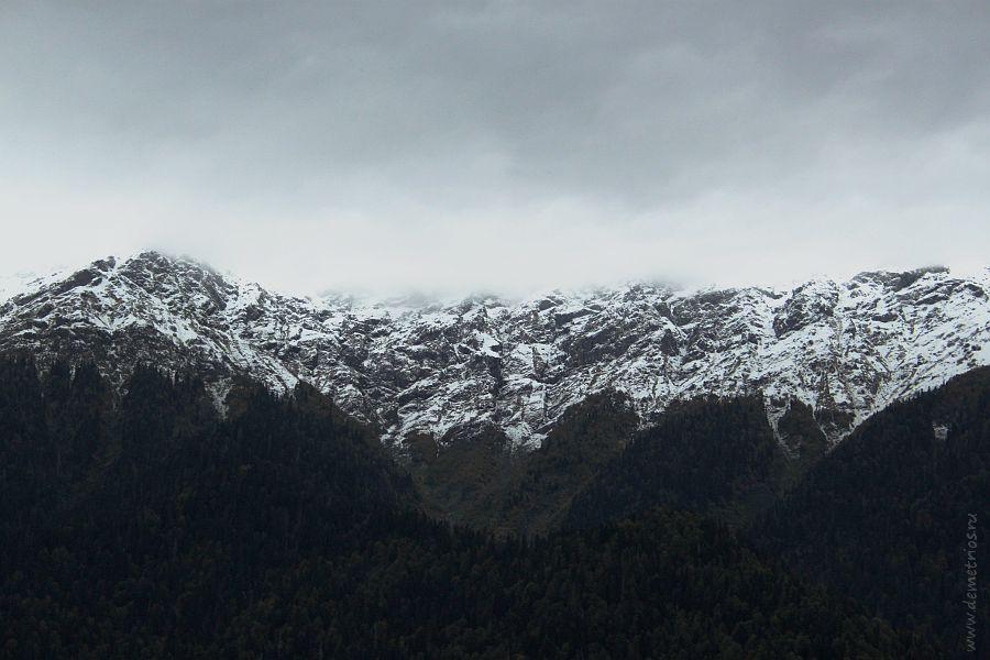 Горы вокруг озера Рица