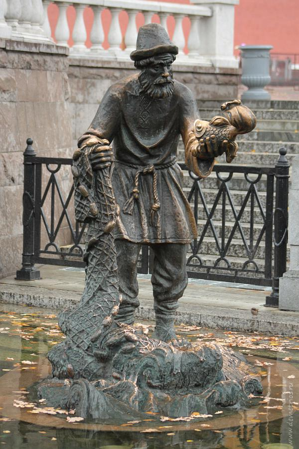 Скульптура Церетели Сказка о рыбаке и рыбке, Охотный Ряд, Москва