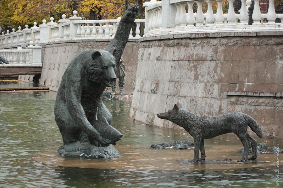 Скульптура Церетели Медведь с рыбой и лиса, Охотный Ряд, Москва