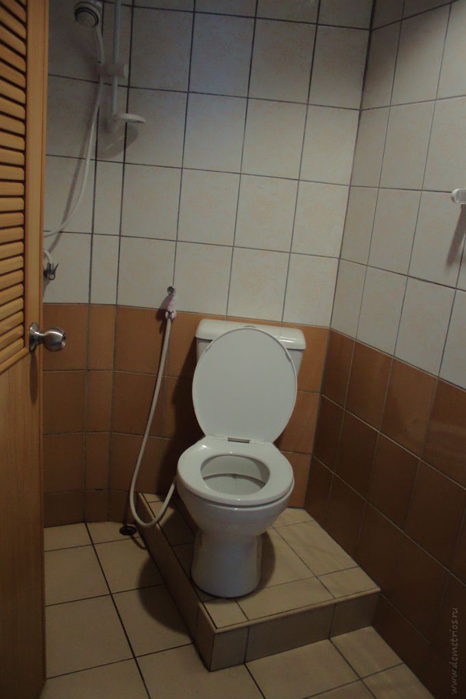 Душевая и туалет в отеле Marina Inn Pattaya