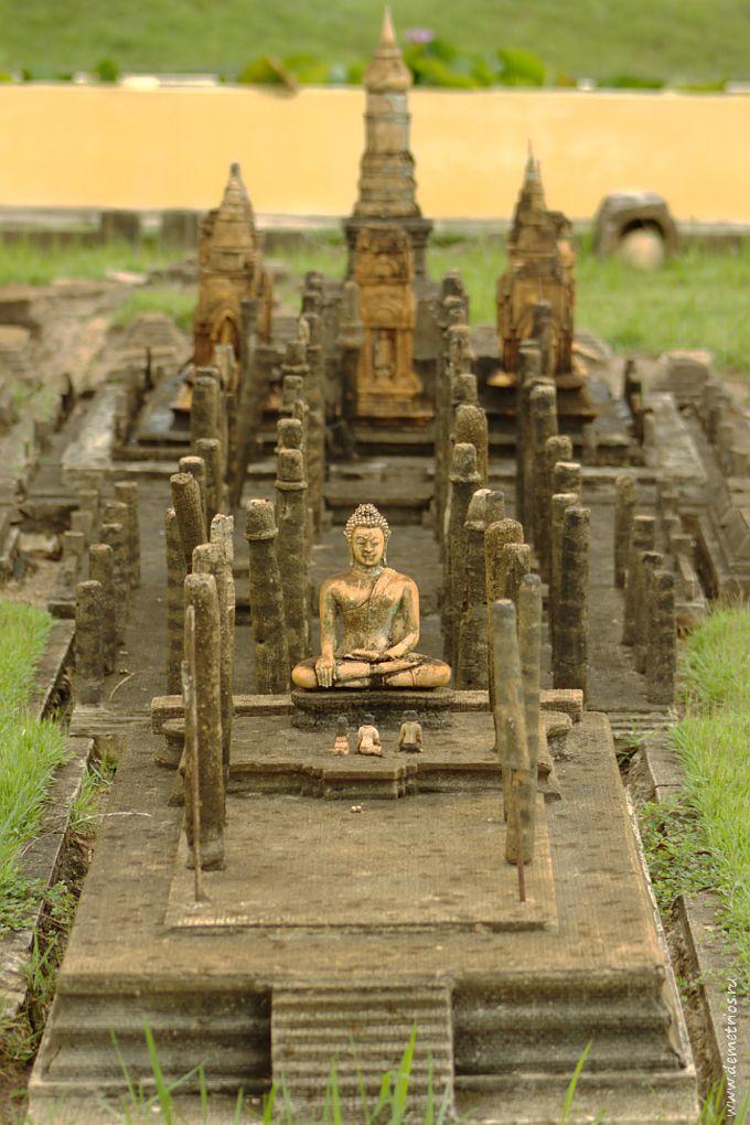 Копия статуи Будды к развалинах Wat Mahathat в Сукхотае, парк Mini Siam, Паттайя