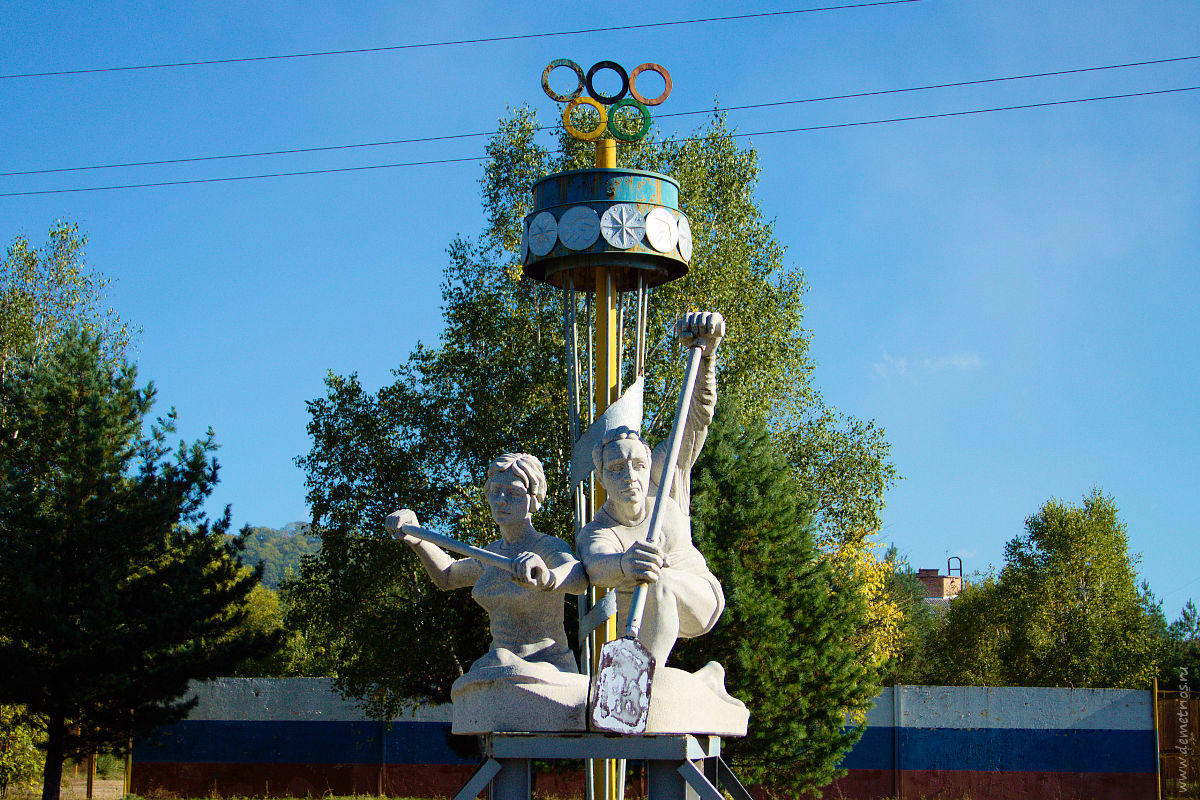 Гребная база в Лозовом. Монумент гребцам